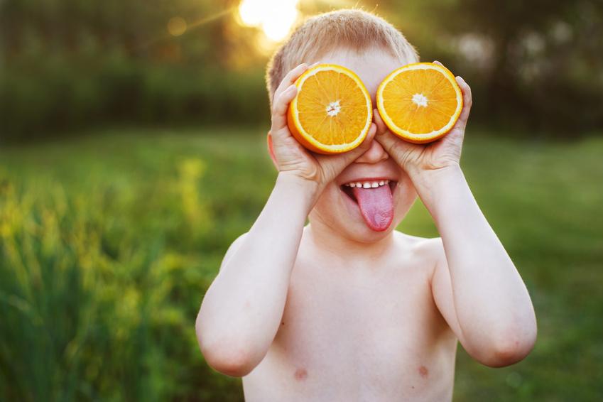 Un niño con naranjas en los ojos.